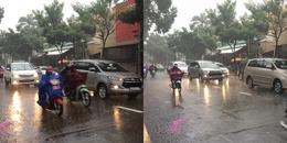 Mưa như trút nước, người Sài Gòn bật đèn chạy xe giữa ban ngày