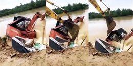 Cư dân mạng nức lòng với quyết định đánh chìm máy xúc trăm triệu để cứu đê bị lũ tấn công nguy cấp