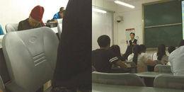 Cảm động hình ảnh con trai làm giáo sư dạy trên lớp, mẹ già ngồi ngủ gật ở dưới chờ con