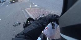Thấy xe ô tô xả rác ra đường, người lái mô tô đã có hành động 'siêu ngầu' khiến ai nấy tán thưởng