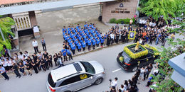 Hàng trăm học sinh xếp hàng đón linh cữu thầy Văn Như Cương về trường THPT Lương Thế Vinh lần cuối