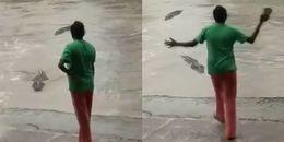 Định tấn công người, cá sấu gặp đúng 'chị đại' bản lĩnh dùng dép xỏ ngón đuổi chạy trối chết