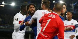 Sốc với cảnh CĐV tranh thủ 'đánh hôi' khi cầu thủ Everton và Lyon choảng nhau