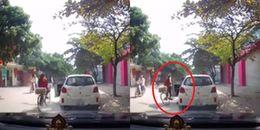 Hà Nội: Bất ngờ mở cửa xe khiến nữ sinh bị tai nạn, tài xế chỉ đứng nhìn rồi lẳng lặng bỏ đi