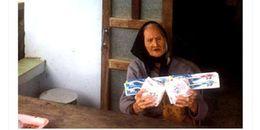 Xôn xao hình ảnh cụ bà 104 tuổi nhận quà hỗ trợ là… băng vệ sinh