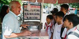 Chuyện về 'ông ngoại' tóc bạc như tiên, bán kẹo bông gòn cho bao thế hệ học sinh ở Sài Gòn