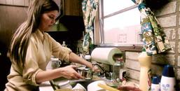 Tin không ngờ: Chăm rửa bát và gấp quần áo có thể khiến chị em phụ nữ kéo dài được tuổi thọ