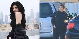 Nhiều lần phủ nhận, Kylie Jenner bất ngờ xuất hiện với thân hình tăng cân, càng xác định mang thai