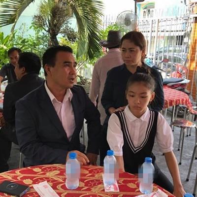 Vợ trẻ, con thơ thất thần trong đám tang diễn viên Nguyễn Hoàng