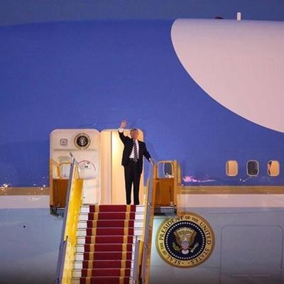 HOT: Những hình ảnh đầu tiên của Tổng thống Donald Trump tại sân bay Nội Bài
