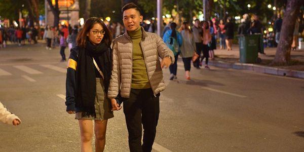 Hà Nội rét thật rồi, dù lạnh co ro người ta vẫn xuống phố có đôi có cặp tình tứ như thế kia cơ mà!