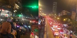 """""""Biển người"""" đổ về trung tâm TP HCM và Hà Nội tận hưởng không khí đêm Giáng sinh"""