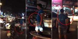 Chỉ vì va chạm với ô tô, thanh niên đi xe máy phải... quỳ xuống tạ lỗi đến 3 lần?
