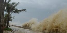 Bão số 15 suy yếu nhưng vẫn gây ra sóng biển cao gần 6m, biển Đông lại xuất hiện cơn bão mới