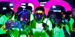 """Hàng ngàn bạn trẻ Sài Gòn """"phát sáng"""" ở ngày hội chạy bộ trong bóng tối duy nhất tại Việt Nam"""