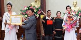 Vừa trở về quê, Hoa hậu H'Hen Niê đã nhận được bằng khen và thưởng nóng