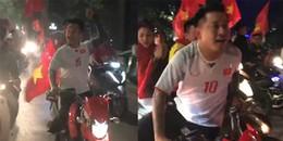 Tuấn Hưng cưỡi moto 'khủng', dẫn đầu đoàn gần 200 xe đi bão xuyên đêm