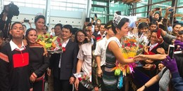 Hoa hậu H'Hen Niê diện trang phục dân tộc, bật khóc nức nở trong vòng tay ba mẹ