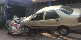"""Sài Gòn: """"Xế hộp"""" lao vào vỉa hè húc văng xe ô tô đang sửa chữa, nhiều người thoát chết"""