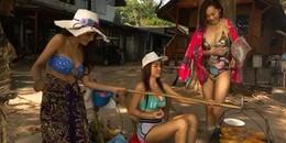 3 cô gái bán gỏi đu đủ lề đường mà ăn mặc như đi bơi, hỏi sao không đắt khách
