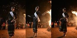 Tạm quên hình ảnh Hoa hậu, H'Hen Niê chân đất nhảy múa tưng bừng cùng buôn làng