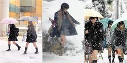 Thời trang 'đập tan' thời tiết là có thật: Mặc tuyết rơi, nữ sinh Nhật vẫn diện váy ngắn đến trường