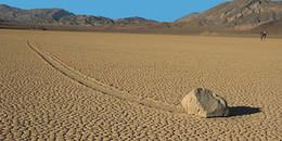 Bí ẩn về những 'hòn đá ma thuật' biết tự dịch chuyển trong sa mạc khô cằn