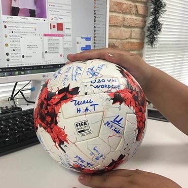 Quả bóng có chữ ký của Quang Hải, Tiến Dũng mang về 1,8 tỉ đồng cho quỹ từ thiện trẻ em vùng xa