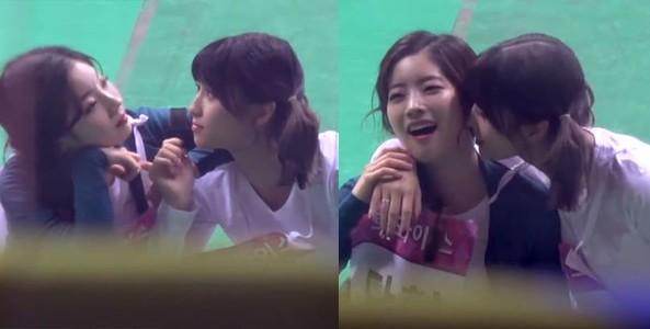 ONCE phát sốt với video clip Dahyun nhăn mặt khi bị Momo cưỡng hôn tại ISAC 2018