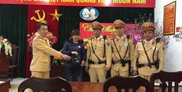 Người phụ nữ may mắn được CSGT Hà Nội dùng xe chuyên dụng chở về nhà để kịp đón Tết cùng gia đình
