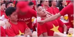 Thanh niên bất chấp chen lên khu 'VIP' chụp ảnh, gạt tay vào mặt Xuân Trường khiến fans bức xúc