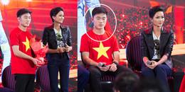 Đứng cạnh Hoa hậu H'Hen Niê, Xuân Trường lại sử dụng 'chiêu bài' cũ