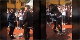 """Trước thềm Valentine, nữ sinh cấp 3 dám cầm micro tỏ tình với """"crush"""" ngay giữa sân trường"""