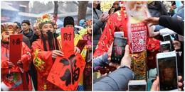 Người Trung Quốc tranh nhau nhận lì xì online bằng cách quét mã QR trên người Thần Tài