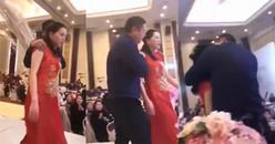 Bố chú rể cưỡng hôn con dâu ngay trên sân khấu khiến cả hội trường tiệc cưới đứng hình