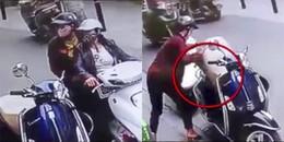 Hai nữ 'ninja' bịt mặt dàn cảnh, bẻ khóa Vespa trộm túi xách nhanh như chảo chớp