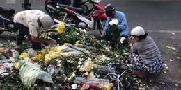 Hậu mùng 8/3: Hàng tấn hoa bị vứt ra giữa đường, người dân 'tiếc rẻ' mót đem về nhà cắm