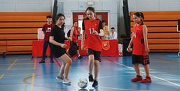 Cùng xem sinh viên và thầy cô trường RMIT 'tranh bóng', không những xinh mà đá cũng giỏi nữa!