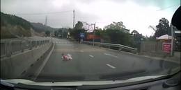 Bé 8 tháng tuổi bò lổm ngổm trước dòng xe ô tô lao vun vút