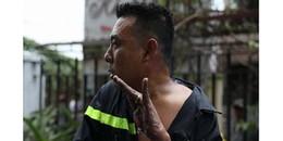 Hình ảnh người lính cứu hỏa bị bong hết cả da tay vì cứu người ở căn chung cư khiến ai cũng xót xa