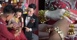 Cô dâu, chú rể đeo vàng đầy 10 ngón tay đến mức không khép lại được khiến CĐM ghen tỵ hết nấc