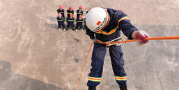 Khổ luyện leo thang, đu dây cứu hộ nạn nhân