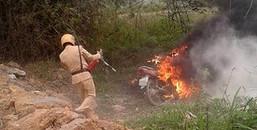 Cậu con vi phạm giao thông, ông bố tức giận đến đốt xe làm các anh CSGT 'tá hỏa' dập lửa
