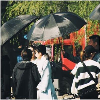 Gặp fan nhí khi đang quay phim, Triệu Lệ Dĩnh nhận