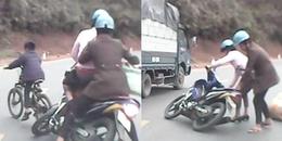 Bé trai quay đầu xe đạp giữa đường đèo, 'đốn' ngã 2 người đi xe máy suýt chết trước ô tô