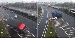 Thót tim cảnh ô tô con đột ngột sang đường khiến xe container lật ngửa, xe khác xoay vòng giữa đường
