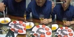 Video clip người đàn ông ăn chuột sống chấm nước mắm khiến CĐM tranh cãi náo loạn