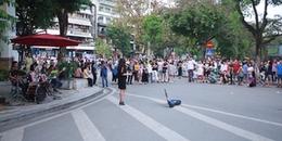Ngày lễ, đường xá Hà Nội thì vắng hoe nhưng phố đi bộ Hoàn Kiếm thì ngợp cả dòng người