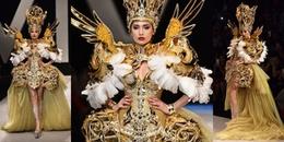 Diện trang phục nặng 50kg, Võ Hoàng Yến vẫn catwalk siêu đỉnh như không hề có chuyện gì