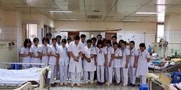 Bức ảnh xúc động: Các bác sĩ cùng chắp tay, cúi đầu xin lỗi vì sự cố 8 bệnh nhân chạy thận tử vong